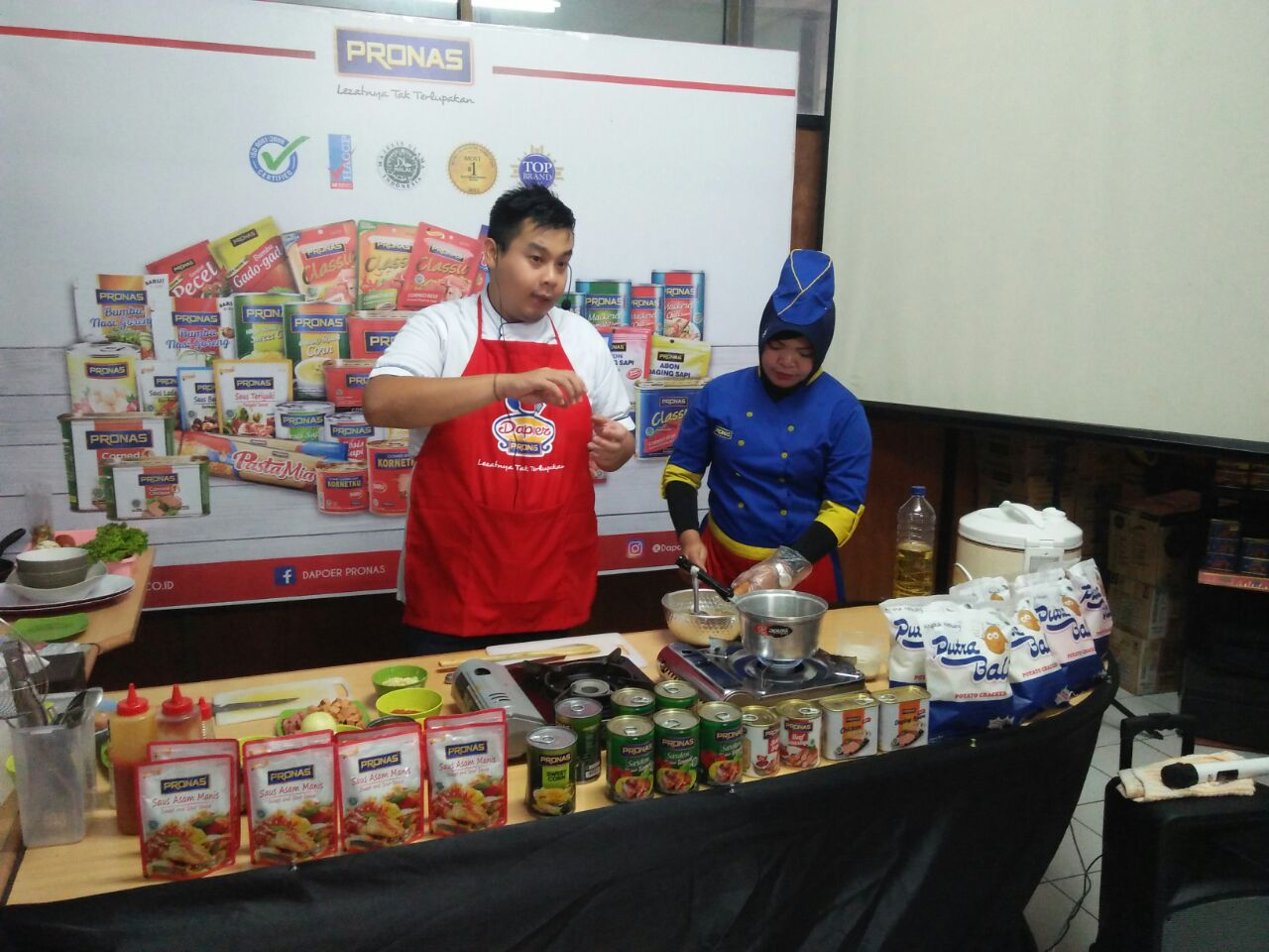 "Dapoer pronas club kantor cabang Surabaya dengan ""Komunitas baking langsung enak delta"""